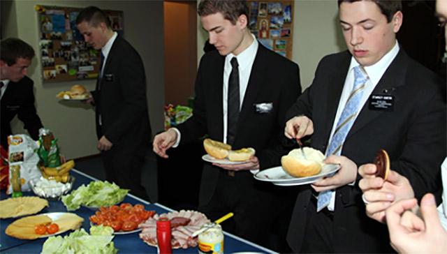 catering-congresos-congresistas-comiendo