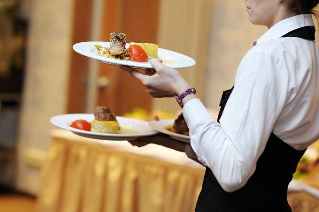 Los camareros reparten los alimentos
