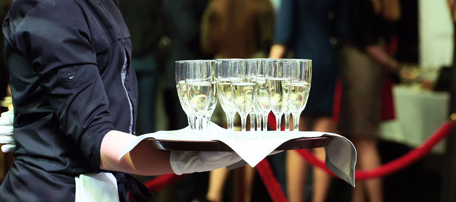 Las bebidas de un catering las reparte un camarero
